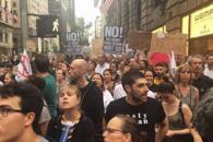 """纽约爆发万人抗议游行 高喊""""特朗普下台"""""""