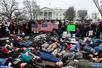 """百名青少年白宫外""""躺尸"""" 要求政府出台更严枪控法"""