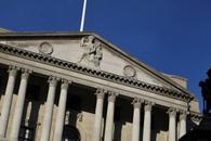 英国央行按兵不动但两位委员意外支持加息 英镑冲高回落!