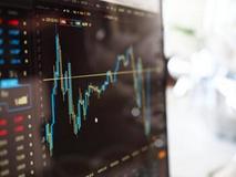 美股攀升至纪录高位 标普500指数创盘中与收盘纪录新高