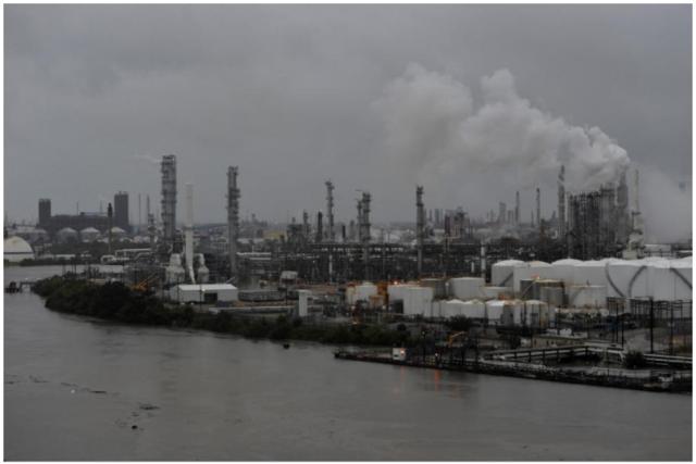 风暴哈维已致美国燃油产能下降近20% 最大炼油厂关停