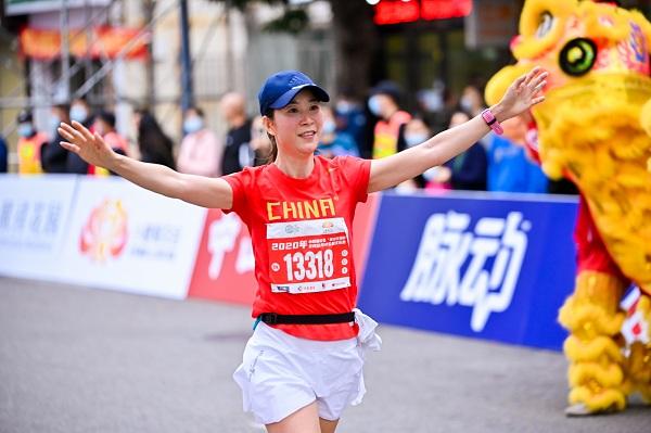 奥运冠军王丽萍为选手领跑.jpg