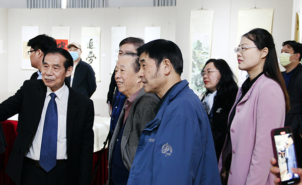 陈瑞琪先生向到场嘉宾介绍其作品5.jpg